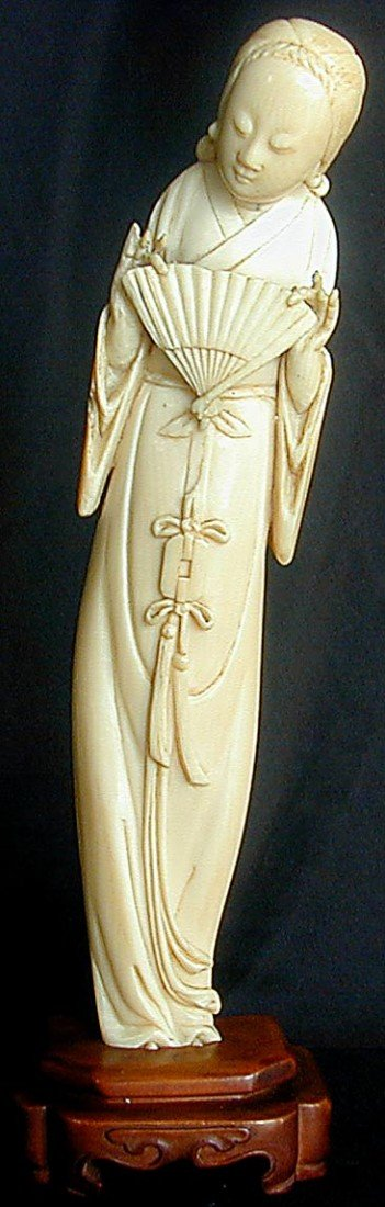 136: FINE ANTIQUE CHINESE IVORY FEMALE WITH FAN