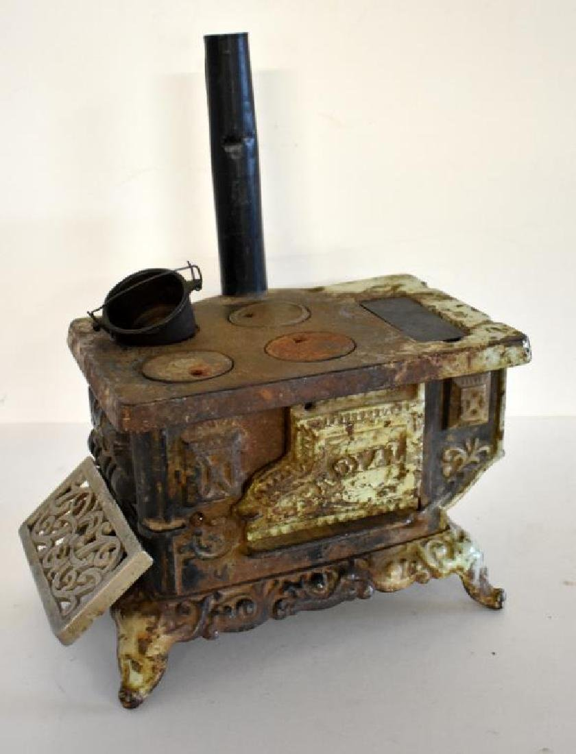 ANTIQUE ROYAL CAST IRON TOY COOK STOVE