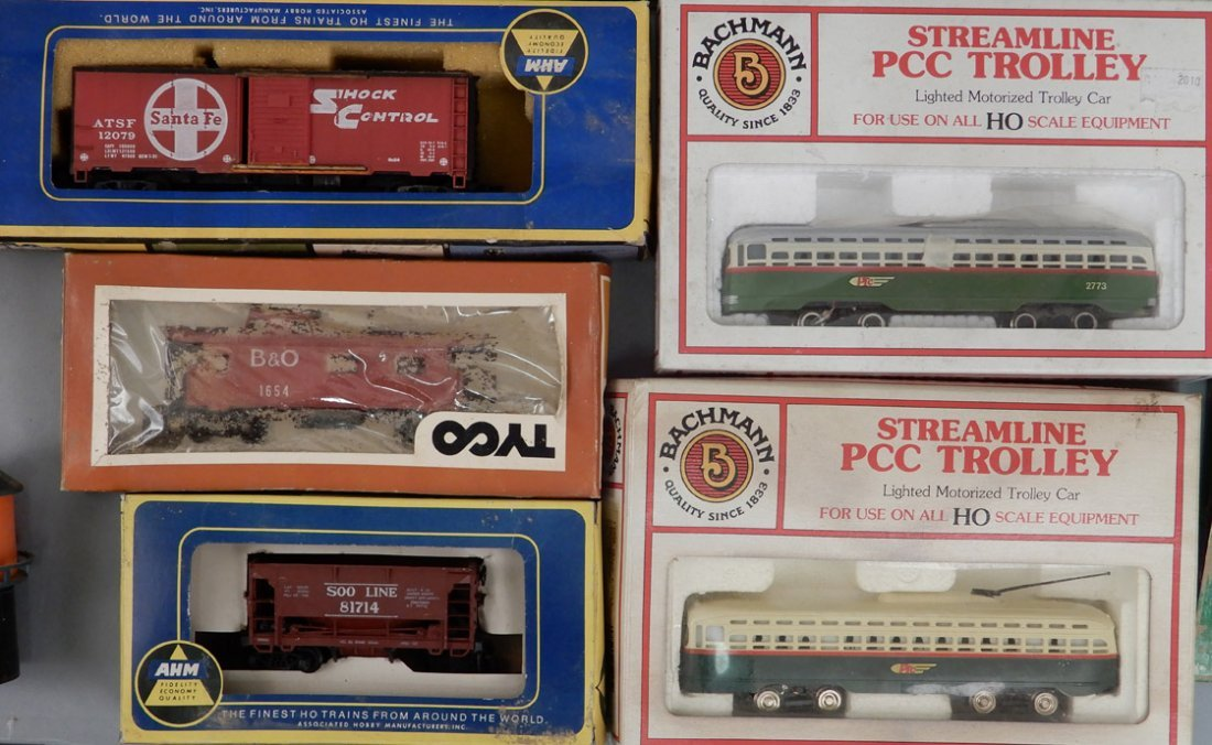 Collection of HO scale model trains and buildings - 3