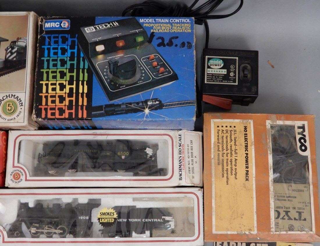 Collection of HO scale model trains and buildings - 4