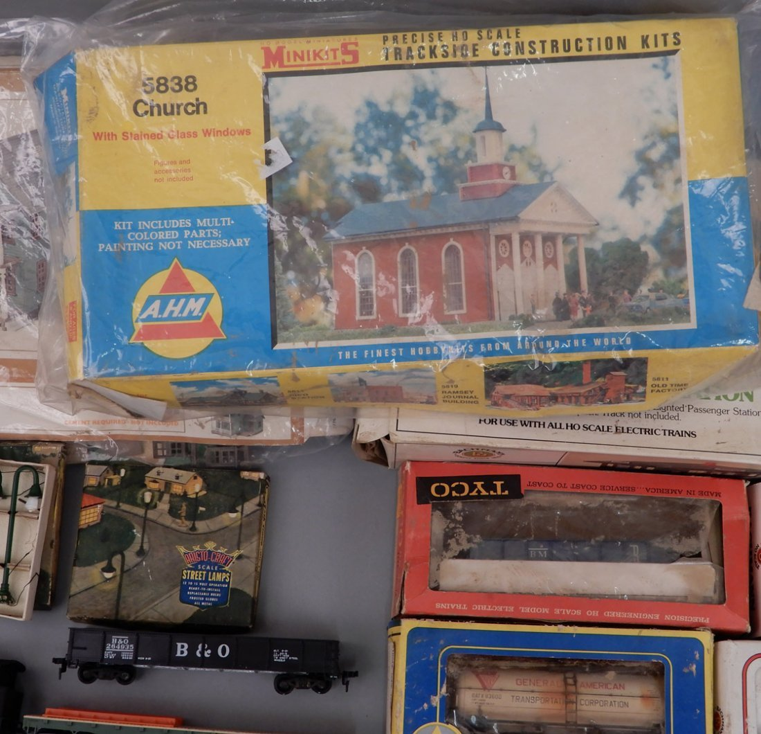 Collection of HO scale model trains and buildings - 5