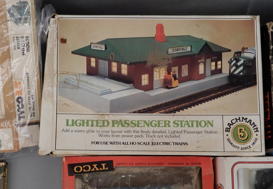 Collection of HO scale model trains and buildings - 7