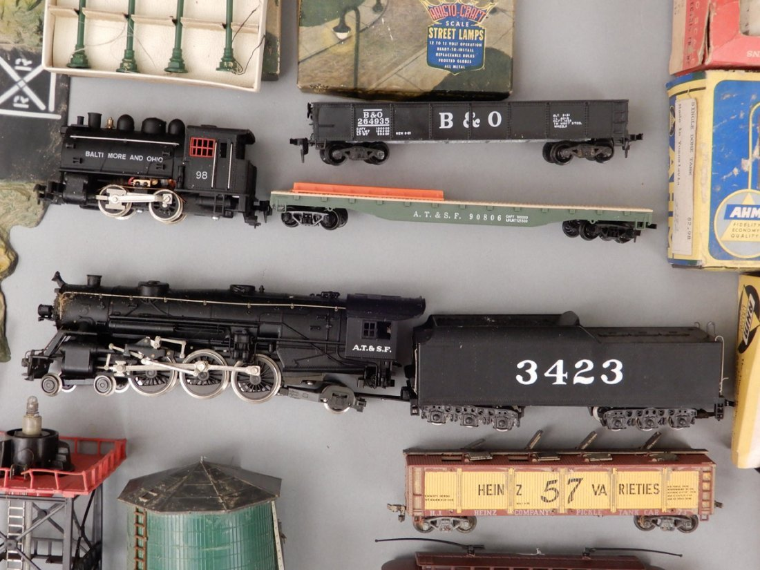 Collection of HO scale model trains and buildings - 8