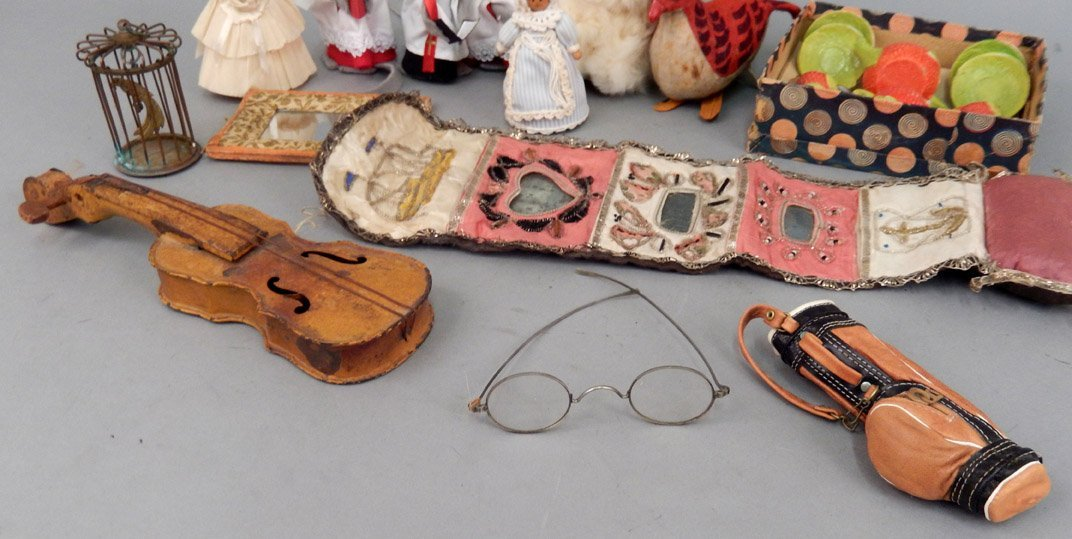 Grouping of vintage doll accessories - 6