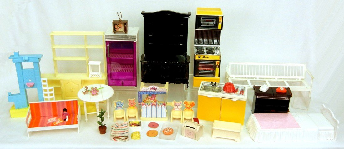 613: Grouping of dollhouse furniture and accessories in