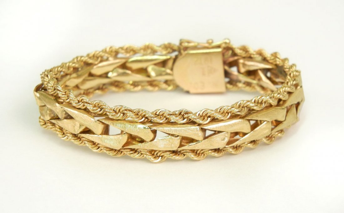 283: Gold flexible link bracelet, woven motif in center