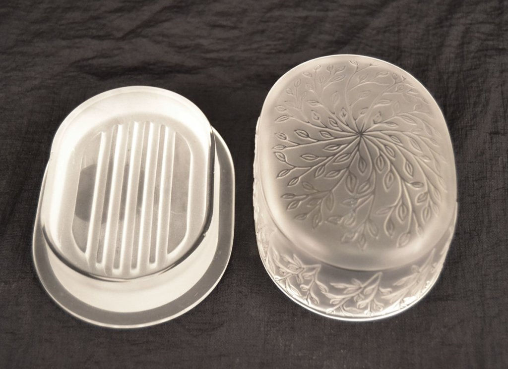 Two Lalique crystal powder jars and a Lalique soap dish - 4