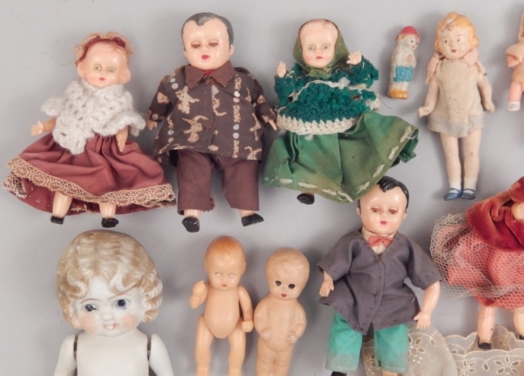 Collection of assorted small dolls - 4