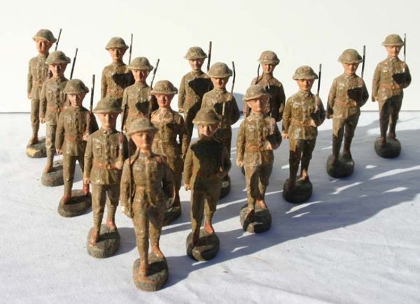 "7: 16 Elastolin marching soldiers aprox 4"" tall"