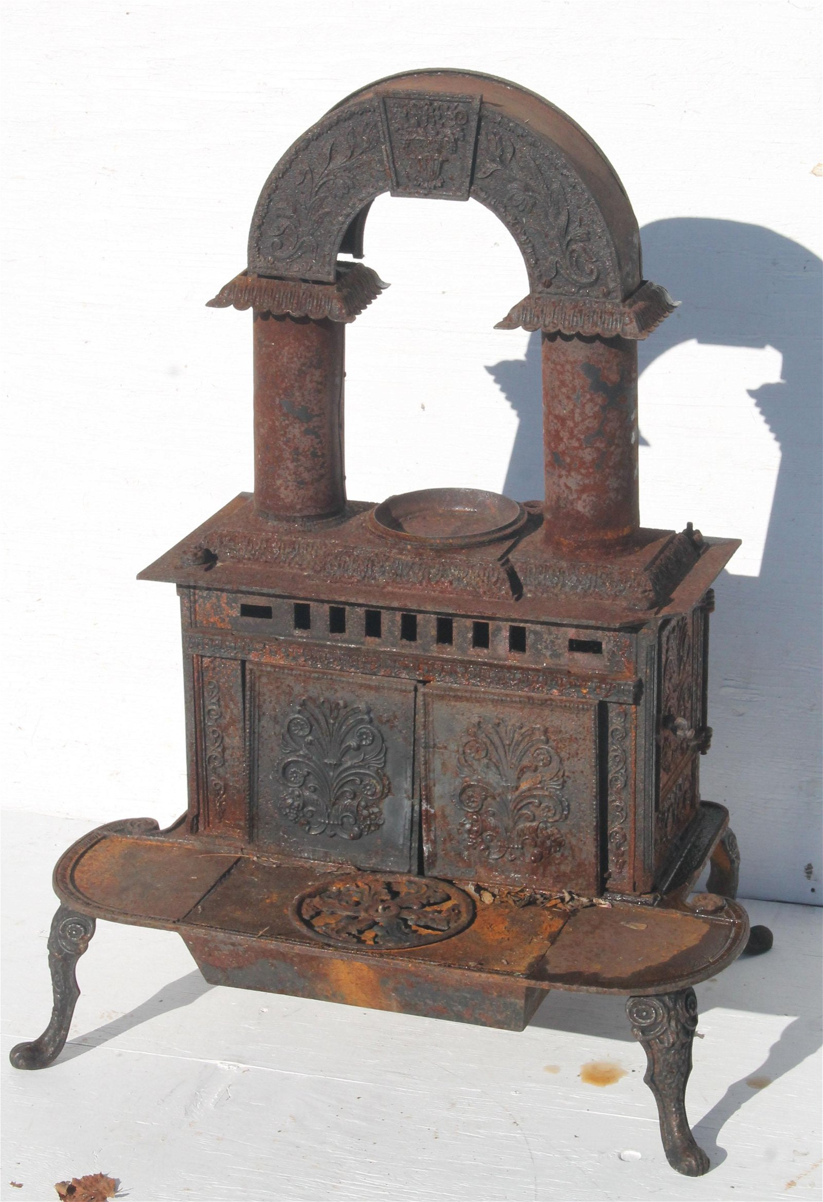 19thC cast iron and tin Franklin parlor stove - came