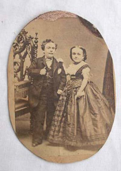 22: Carte de Visite of Tom Thumb & his wife trimmed to