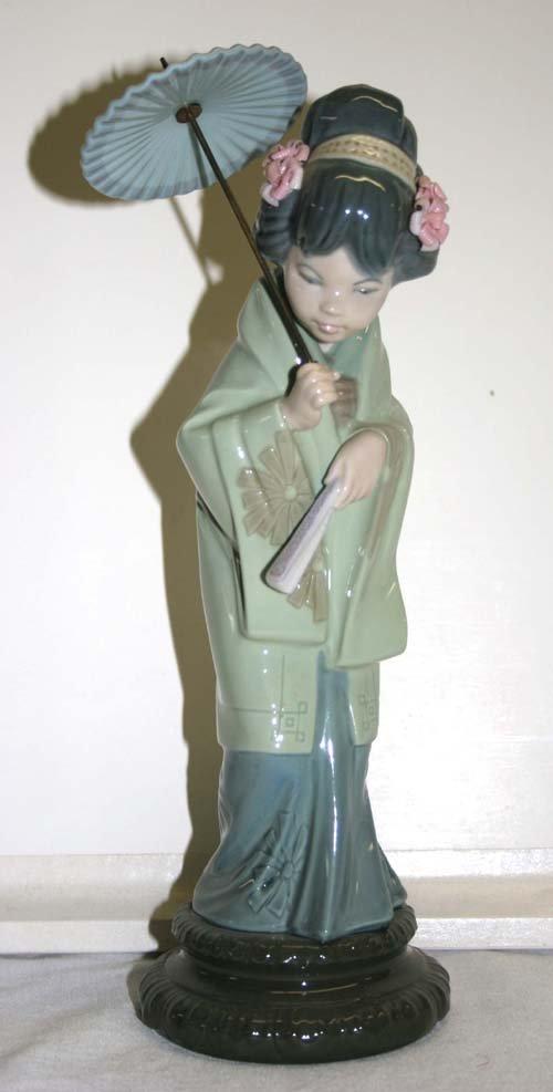 "17: Lladro porcelain Geisha Girl figurine - 11 1/2"" tal"