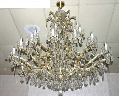 16: Very fine, very large crystal chandelier