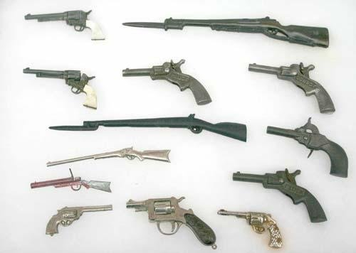 19: lot of miniature guns mounted in display incl Marx