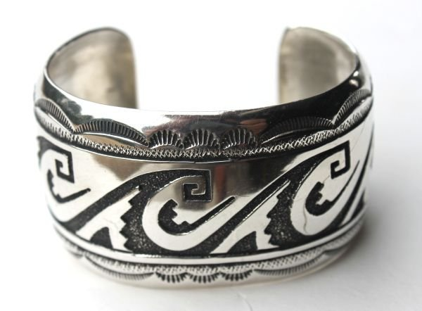 1B: sgnd Tommy Singer Navajo chip inlaid silver cuff br