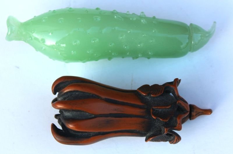 6: 2 Chinese snuff bottles incl pickle form in jade (3
