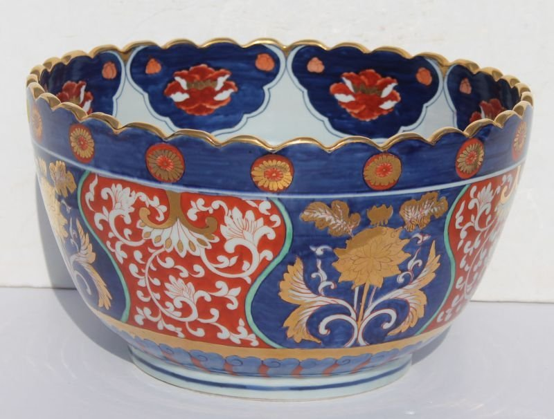 20thC large Imari punch bowl w scalloped rim - 15 1/2""