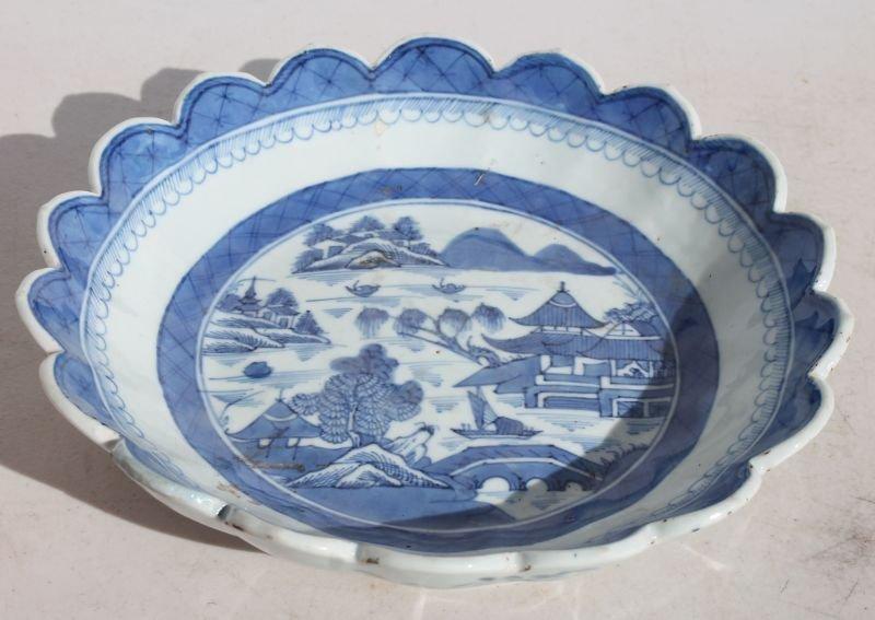 ca 1840 Chinese Canton lobed edge strawberry dish (w