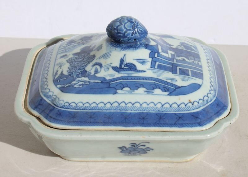 ca 1840 Chinese Canton covered vegetable dish (crack to