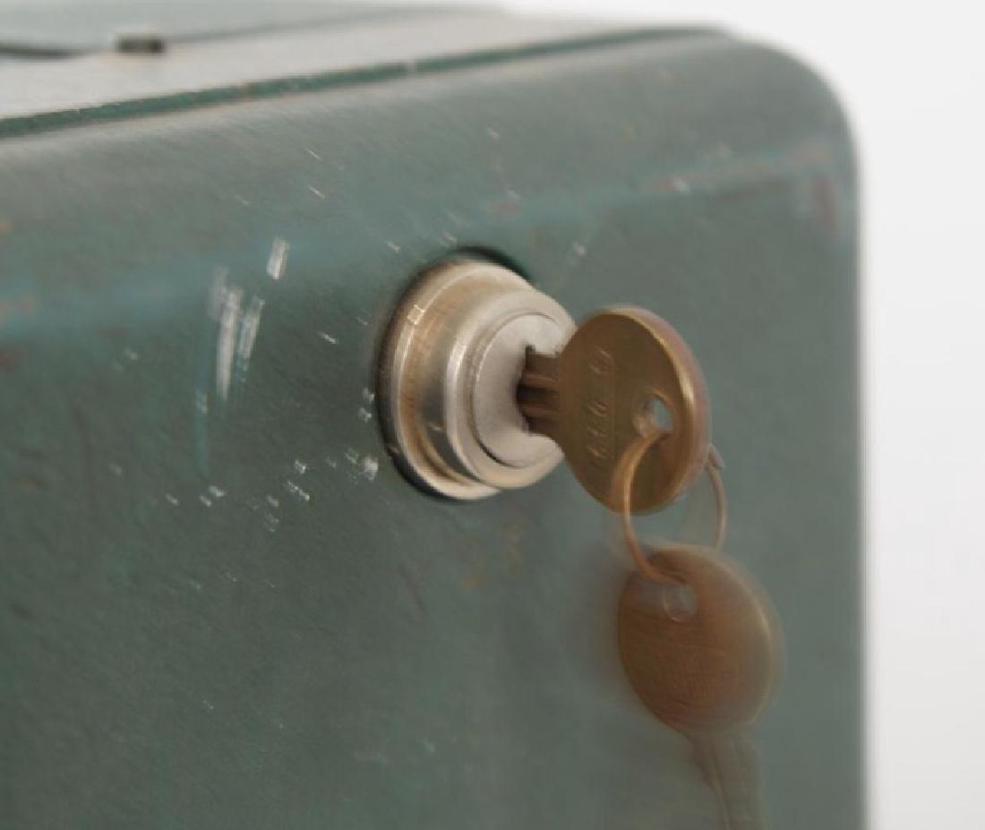 Coin op gum dispenser - vintage - 4