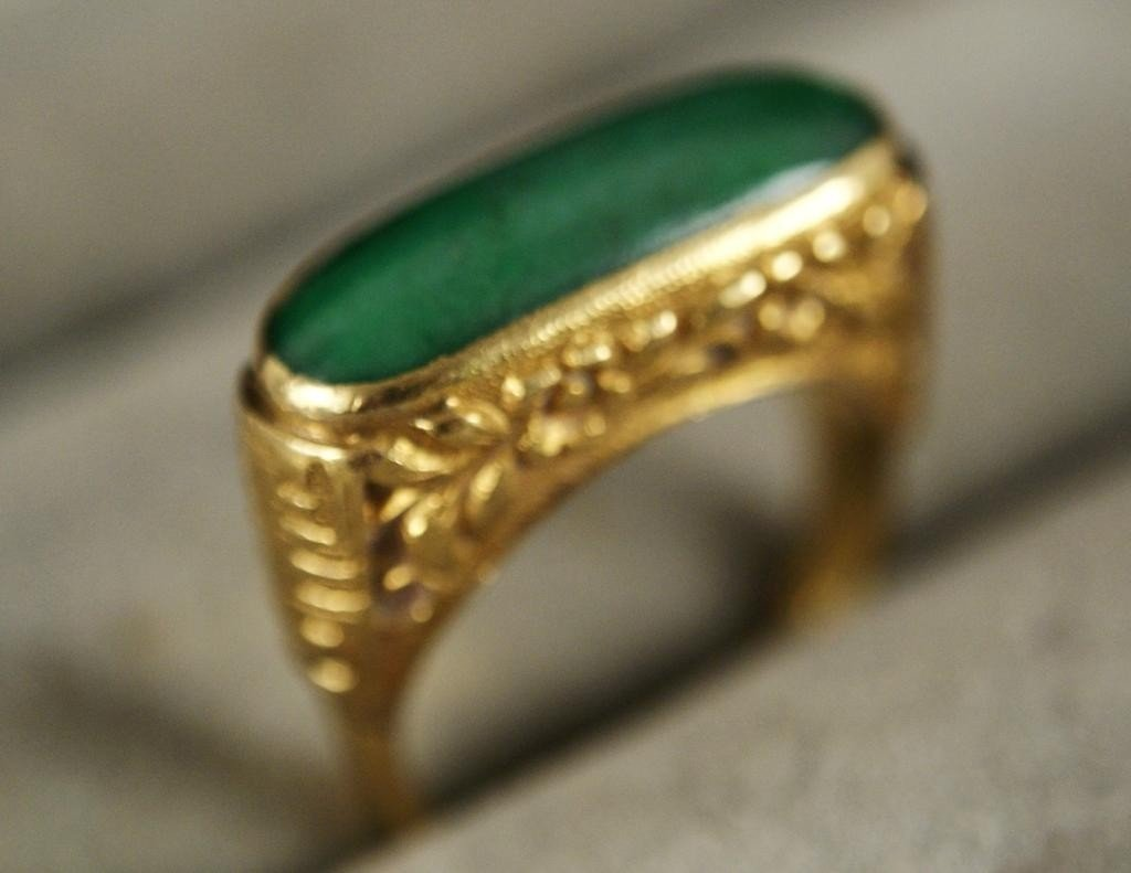 13: 22 kt Yellow gold ring with jade cabochon stone