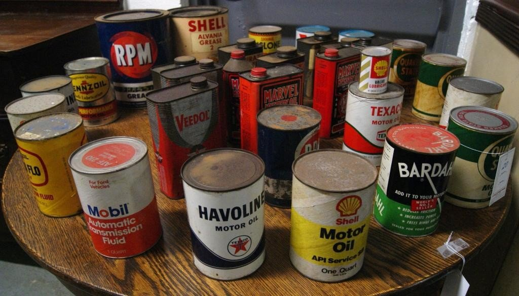20: Collection of approx 33 vintage oil cans