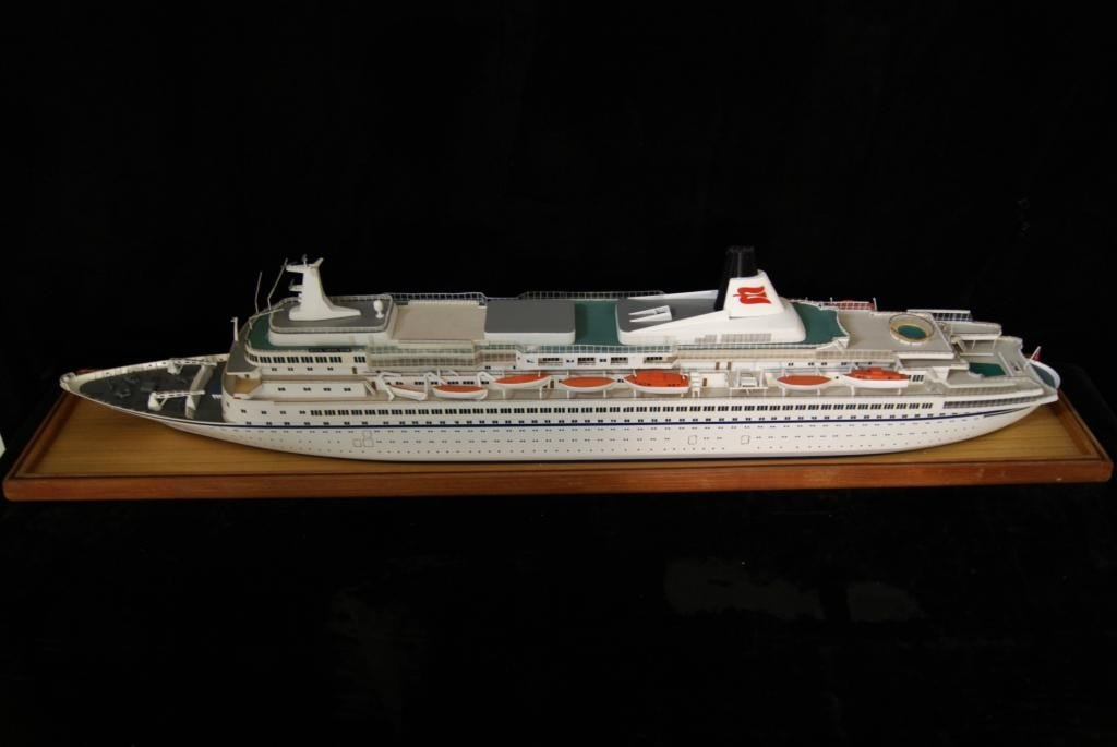 26: Cruise ship Ocean liner model - in case