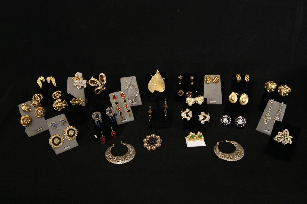 10: Lot of vintage jewelry - earrings and props...
