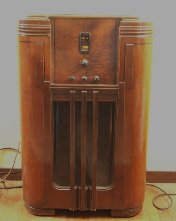 22: Philco floor model 30's radio - model 116