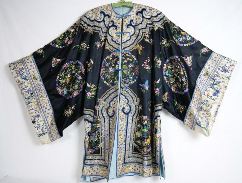 184: Chinese embroidered silk robe