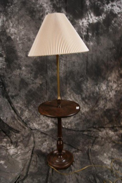 253: Round wooden table lamp
