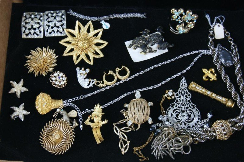 8: Vintage costume jewelry - Brooches, necklaces