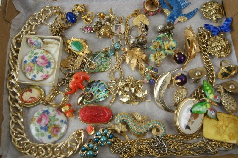 19: Estate jewelry  lot - Brooches, rings,
