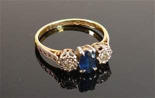 18ct gold & platinum ring: set with central sapphire (7