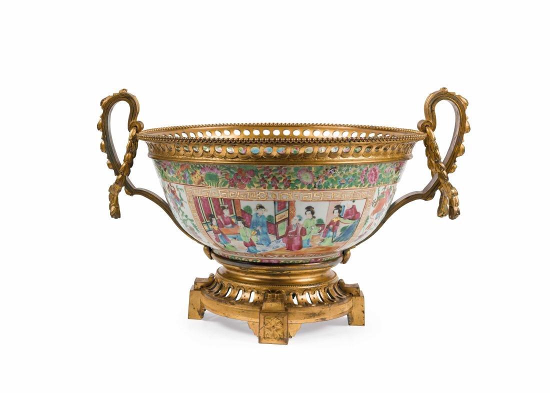 GRANDE COUPE  en porcelaine de Canton à deux anses à