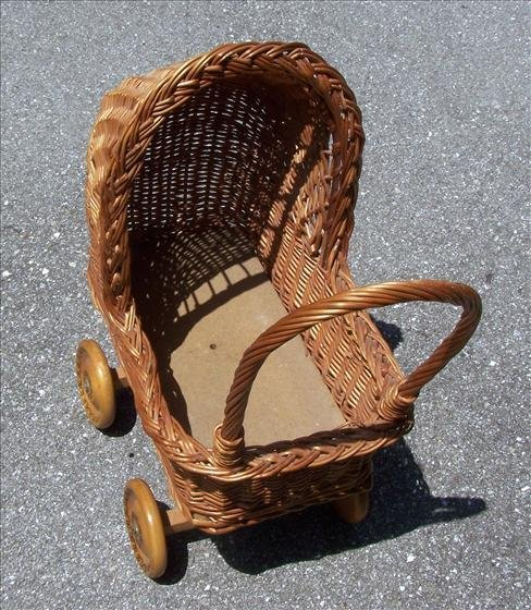 2016: Wicker baby doll carriage
