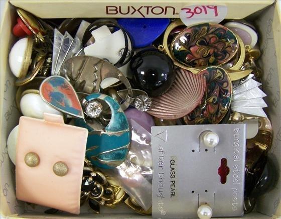 3019: Box lot of assorted earrings