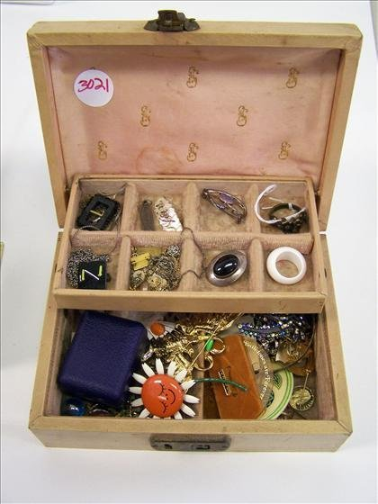 3021: Jewelry box of pins and earrings