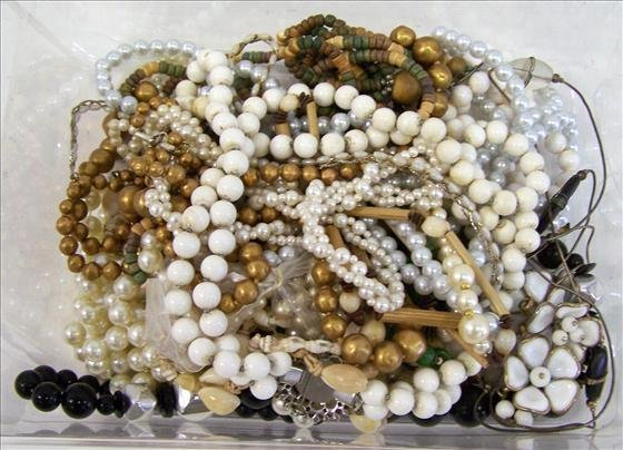 3023: Lot of necklaces