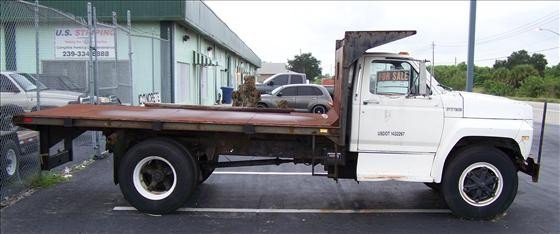 6017: 1989 Ford F700 Flat bed