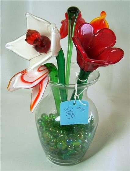 8019: Glass flowers in vase with colored stones