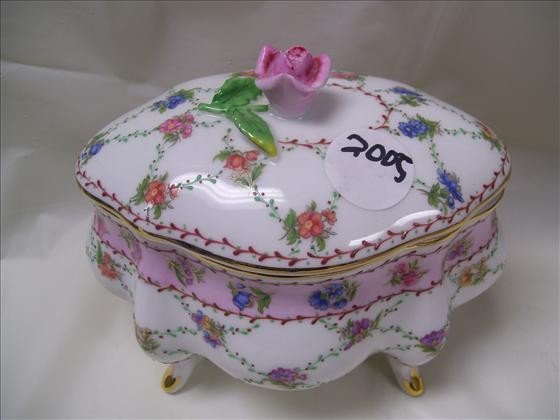 2005: Footed covered dresser box