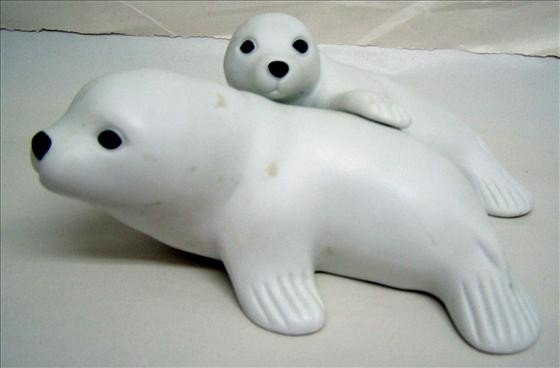 6008: Bisque Mother & Baby Seal
