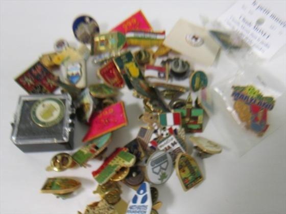 3010: Bag lot misc pin backs