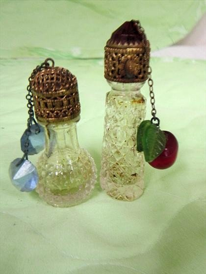 8019: 2 small antiques perfumes