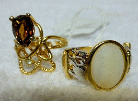 6505: 2 Gold tone rings - with stones