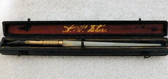6511: Antique quill pen in velvet lined box