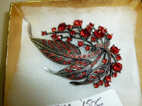 Crystal brooch in red stones leaf