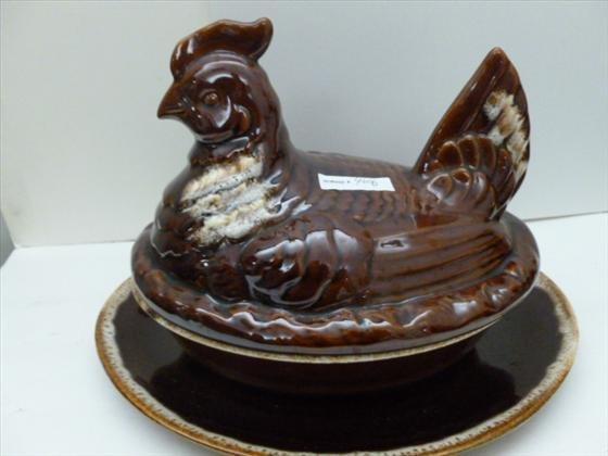 Hull pottery - chicken on nest