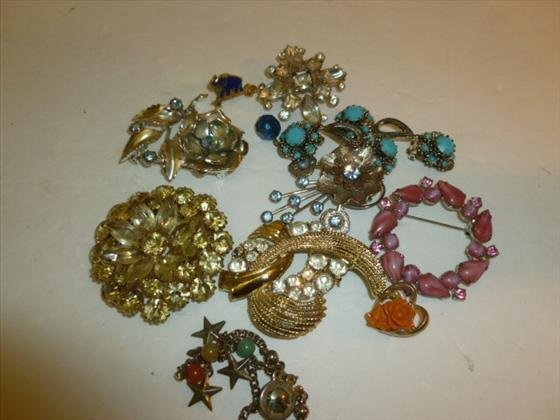 Bag lot assorted brooches